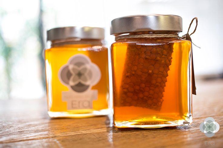 Όταν μιλάμε για κάτι γλυκό, αρωματικό και πολύ θρεπτικό τότε αναφερόμαστε στο θυμαρίσιο μέλι με κηρύθρα που σας περιμένει να το απολαύσετε… Δοκιμάστε το πάνω σε φρυγανιά ή σε γιαούρτι! #EraLovers