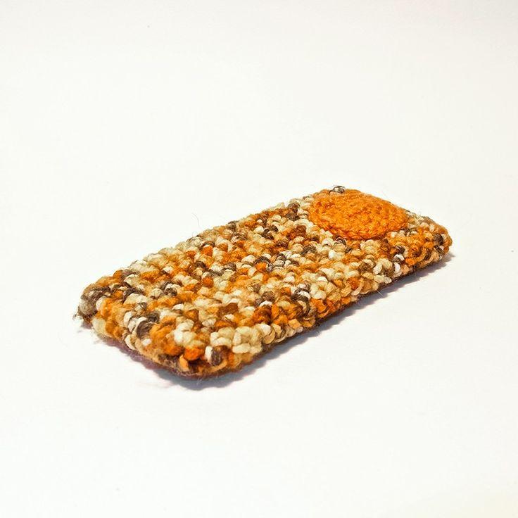Custodia per smrtphone IPhone 5/5S in lana arancio melnge con applicazione ad uncinetto color arancio.