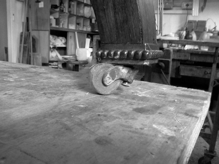 21 - una delle rotelline mancanti, trovata simile alle due in opera, dopo accurate ricerche: la ruota è realizzata con essenza di mogano, inserita in una struttura di ottone.
