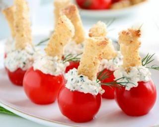 Snacks de tomates cerises au tzaziki à l'oeuf dur et mouillettes de pain