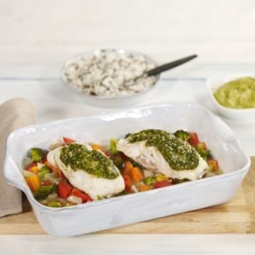 Oppskrift på Ovnsbakt torsk med pesto og fargerike grønnsaker