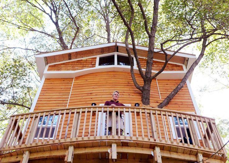 """Jay Hewitt é um avô norte-americano que teve uma ideia brilhante para o divertimento das crianças. Quando era pequeno, ele teve uma casa na árvore, mas com um design comum. Após o incentivo de seu filho e de ter assistido aos episódios do programa """"Treehouse Masters"""", ele resolveu construir uma casa na árvore de três andares para seus netos."""