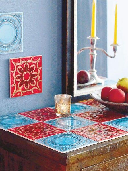 Mit Ornamentfliesen in Rot und Blau können Sie die Ablagefläche von kleinen Möbeln zum Kunstwerk machen.