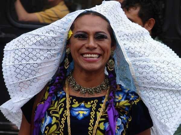 Los muxes, originarios de la ciudad de Juchitán en el Estado de Oaxaca, al sur del país, son indígenas zapotecos nacidos hombres que crecen con una identidad genérica de mujer. La voz muxe, viene del español antiguo mujer, su identidad es ampliamente aceptada desde la niñez, tanto por los portadores y sus familias como por el resto de la comunidad. - La fiesta de los muxes, que en zapoteco significa homosexual, se celebra en noviembre.