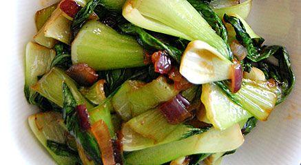 1 paksoi, gember, 2 grote tenen knoflook, 1 pepertje. Olijfolie. - het wit van de paksoi in niet te grote stukken snijden. Het groene blad middendoor snijden. de geperste gember, met de knoflook en het zeer fijngesneden pepertje 10 seconden stoven in olijfolie en daar de paksoi bij doen. wokken en na een paar minuutjes 2 eetlepels oestersaus en 1/2 soeplepel Sweet Chili saus. Kruiden alleen met peper. 1 zoete paprika apart bakken in paprikaolijfolie.couscous klaarmaken en paprika onderdoen