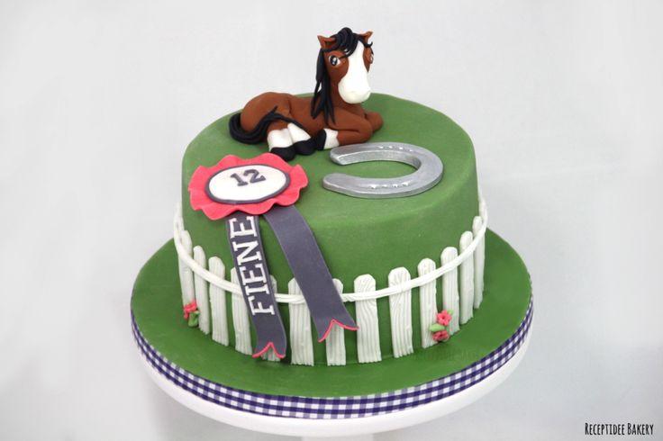 Paarden taart voor Fiene   Gefeliciteerd met je verjaardag!  Http://bakery.receptidee.nl #horse #paarden #paard #paardentaart #stoeremeid #redvelvet #medaille #hoefijzer