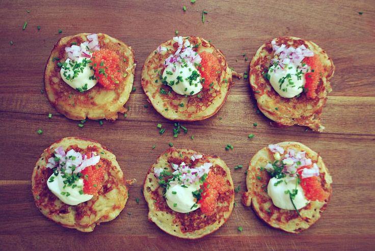 Recept på miniburgare och mina pannkaksvarinater finner ni på bloggen. Länk i profil 😊🍔🥚🍳 #sverigesmästerkock #sverigesmästerkock2017 #emmasmatlagning burgare pannkakor matpannkaka lax gräslök kvarg créme fraîche rödlök dill citron