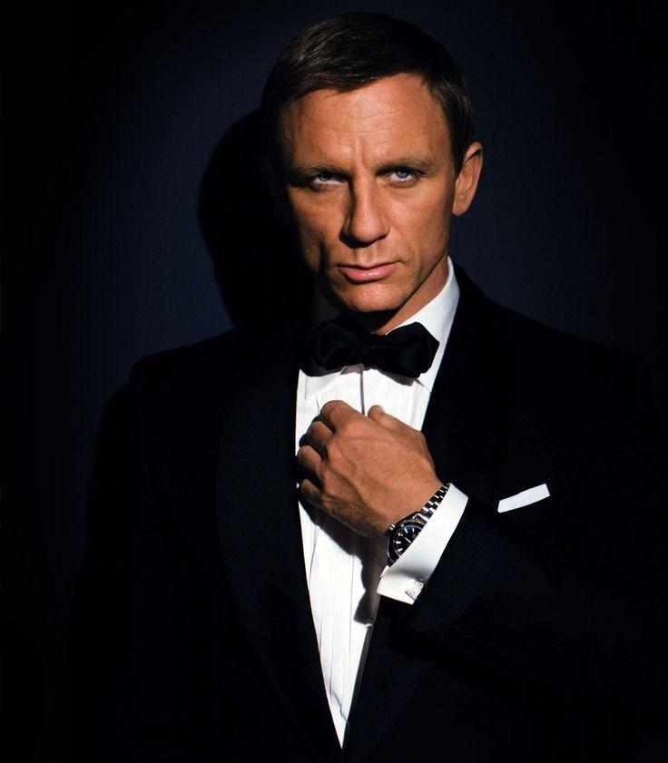 Дэниел Крейг получил травму на съемочной площадке «бондианы». Узнав о случившемся, актер Роджер Мур, игравший Джеймса Бонда в 70-80-е, пошутил, что готов заменить нового агента 007.