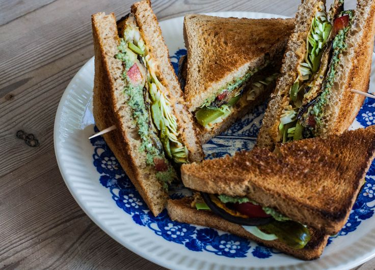 Sandwich med aubergine, pesto og hummus