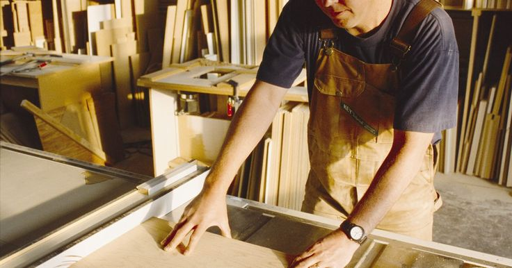 Como fazer gavetas de madeira. Gavetas de madeira são usadas em toda a sua casa em armários, cômodas e móveis. Elas adicionam um toque decorativo, onde quer que sejam usadas. Gavetas de madeira que são construídos corretamente vão durar uma vida inteira se usadas de forma consciente. Gavetas são bastante fáceis de construir com as ferramentas e técnicas adequadas.