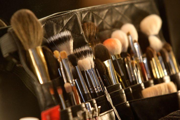 O taofeminino entrega o passo a passo de duas experts de como limpar seus pincéis de maquiagem em casa. De nada.