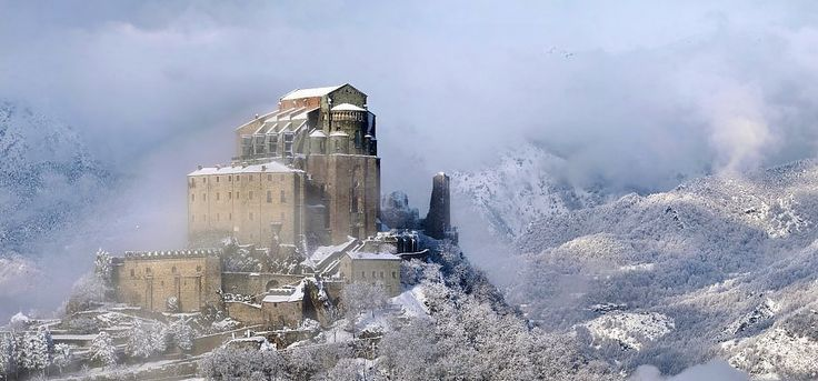 La Sacra di San Michele ammantata dalla neveCopyright 2013 Elio Pallard / Wikimedia Commons (CC-BY-SA)