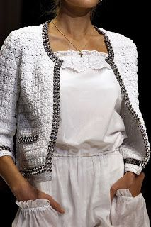 Casaquinho de Crochê     Simplesmente sem comentários, o casaquinho branco de crochê com strass estilo chanel muito chique!               ...