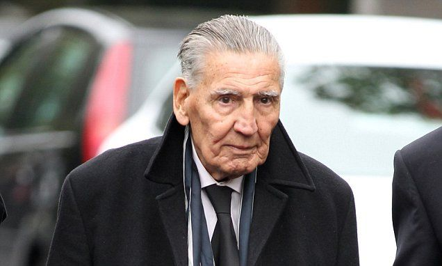 Gangland enforcer 'Mad' Frankie Fraser dies at 90 after leg surgery