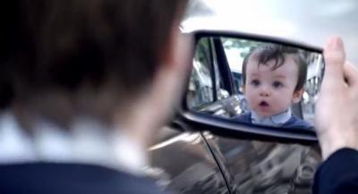 VIDEO. Ecco come guardarsi allo specchio e tornare bambini    Esilerante questo video che sta facendo letteralmente impazzire il Web, esempio perfetto di una comunicazione virale efficace