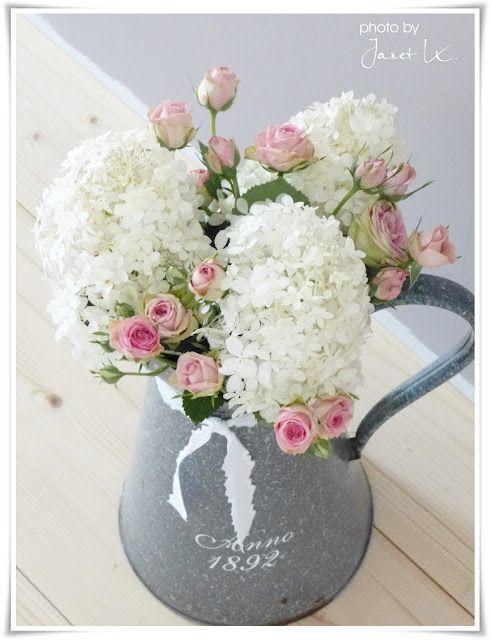 Roosjes met witte hortensia's