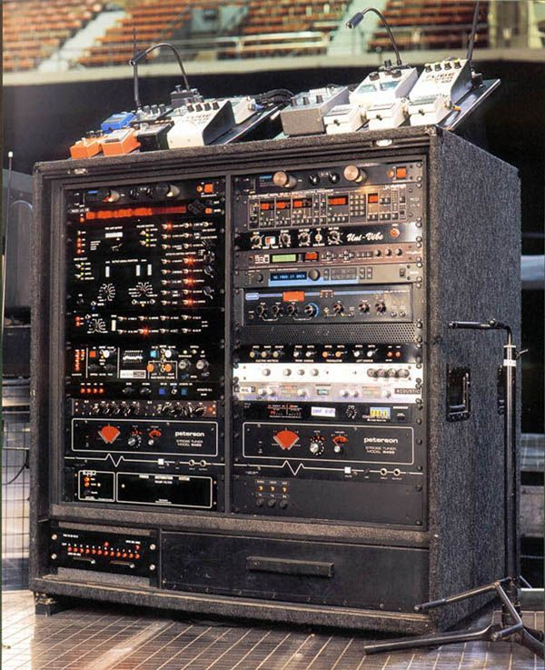 David Gilmour's guitar rig. Wow. That's a lot of stuff. www.lessonator.com