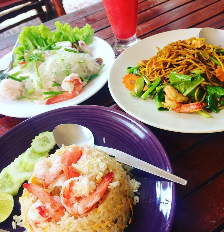 ピピ島で食べた料理ヤムウンセンとチャーハンみたいのと焼きソバみたいなやつ名前忘れてしまったそれとスイカジュース好きすぎていつも飲みまくっちゃう #pipiisland #thailand #thaifood #watermelonjuice #trip #ピピ島 #タイ #タイ料理
