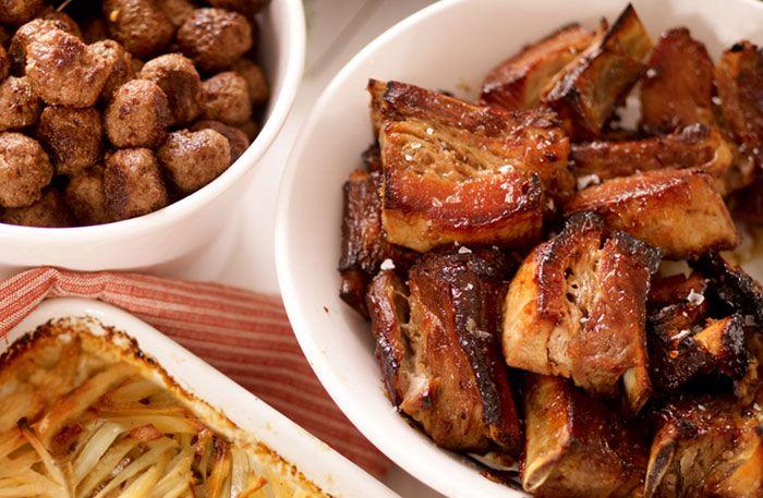 Bästa receptet på ugnsgrillade revbensspjäll med glaze. Revbensspjäll är ofta honungsglaserade, här bjuder vi dock på en underbar glaze med apelsin och ingefära. Koka revbensspjällen innan du grillar dem, i en vanlig kastrull eller lergryta. Revbensspjäll är gott året om, lika uppskattade på julbordet som på picknickfilten!