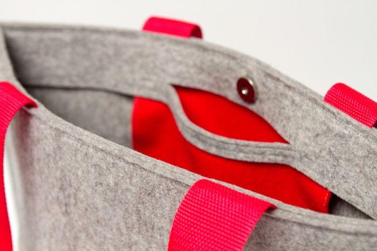 Prachtige vilten tas met schouderbanden en een klein vakje aan de binnenzijde. De tas sluit met een magneet. Naar wens op maat gemaakt in de door jou gewenste kleuren!