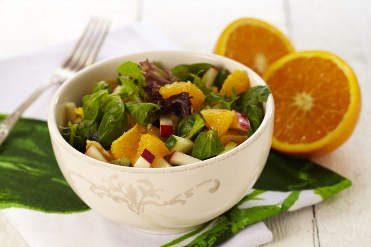 Dette er en salat som du kan servere til all type mat. Appelsin eller klementin er deilig å bruke i salat, og gjerne grapefrukt også.