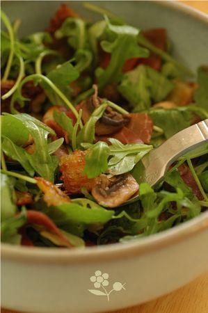 Salade roquette, ravioles, champignons & bresaola