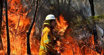 WA fires: Blaze contained but not controlled, emergency warning remains - ABC News (Australian Broadcasting Corporation)
