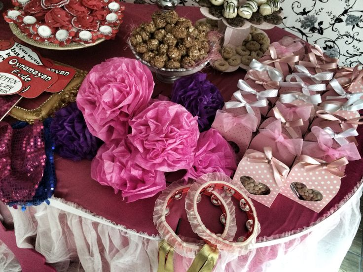 Suslu kina tefleri hediyelik cerez kutulari bindalli - kaftan- henna night- hen party- purple- bridal- turkish bridal shower- traditional wedding- before wedding day- kina- turkish bride- culture- kina gecesi- masa duzeni- pembe- tablesclape