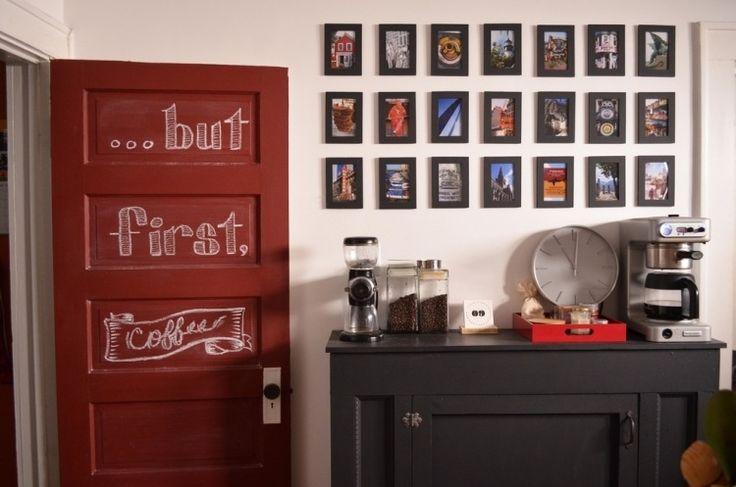 déco de porte cuisine avec un lettrage dédié au café à côté du coin café à la maison