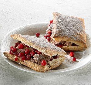 Puolukkaa ja suklaamoussea #voitaikinataskut maistuvat kirpeän makeilta.