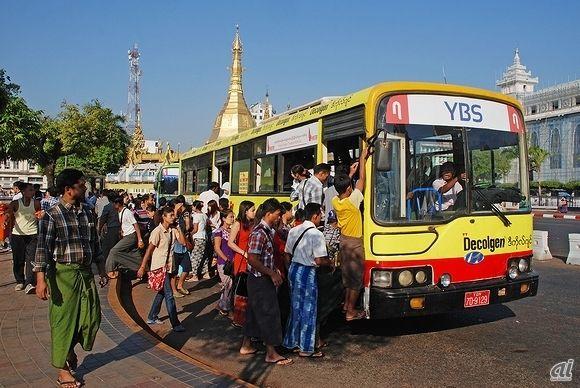 急ごしらえの路線番号シールを貼って運行する路線バス