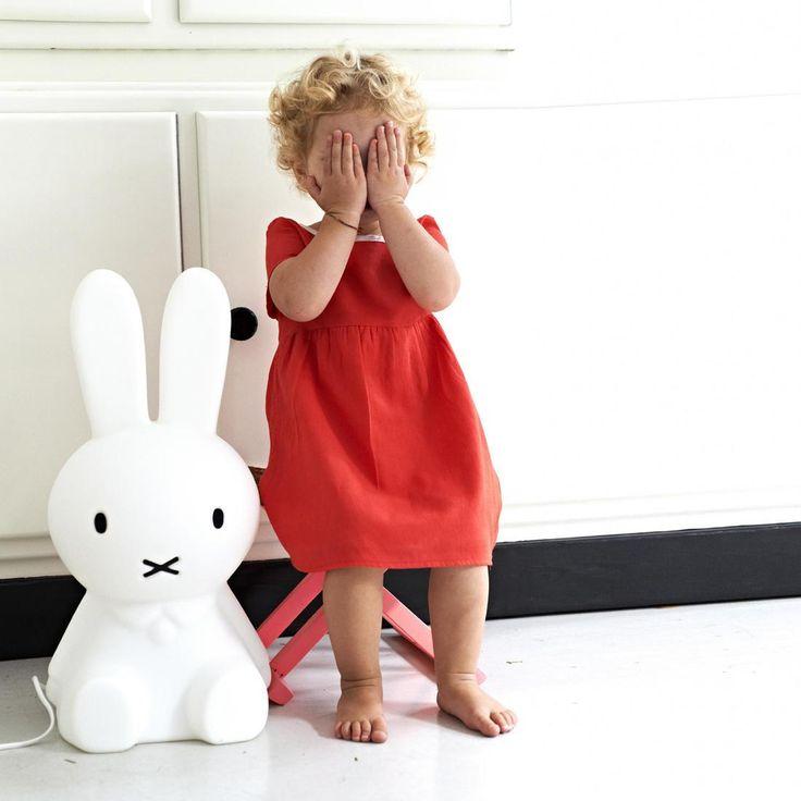 Lampe à poser Miffy en forme de lapin réalisée en polypropylène blanc et équipée d'un variateur d'intensité lumineuseintégré sur le câble d'alimentation en plastique blanc.Imaginé le 21 j...