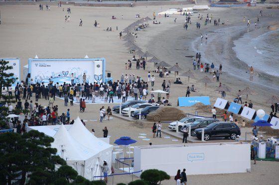 """폴크스바겐, 씽크 블루 캠페인 """"광안리 해변에 등장한 모래 비틀"""" - 동아오토"""