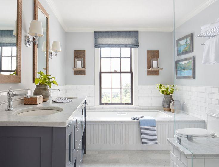 Главная ванна достаточно традиционная с использованием мрамора, традиционно выглядящими светильниками и кранами, рамкой зеркал из повторно использованной древесины.  (деревенский,сельский,кантри,традиционный,индустриальный,лофт,винтаж,стиль лофт,индустриальный стиль,мебель,архитектура,дизайн,экстерьер,интерьер,дизайн интерьера,ванна,санузел,душ,туалет,дизайн ванной,интерьер ванной,сантехника,кафель) .