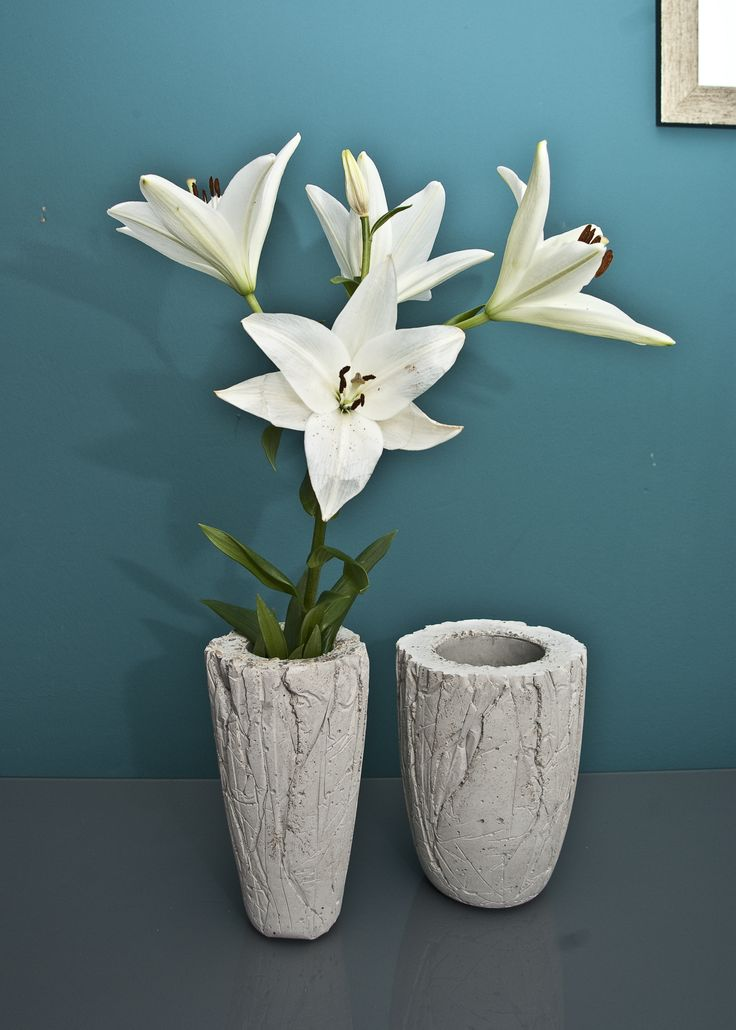 DIY: vase made of concrete - fits perfectly into a modern bathroom.
