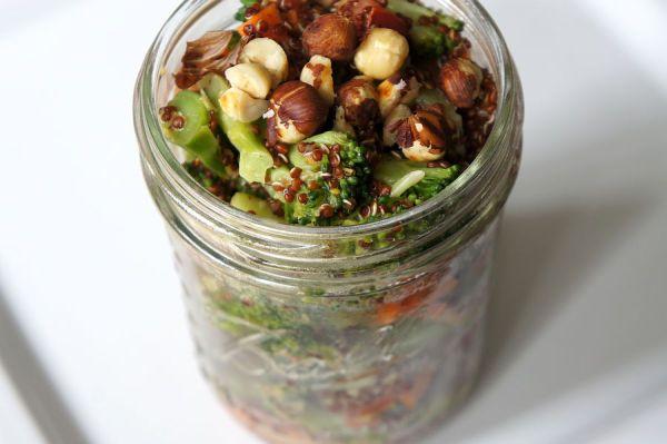 Lauwarmer Quinoa Salat mit Senfdressing