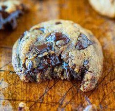 Attention, la recette qui suit est addictive à souhait : 280g de beurre, 350g de farine, 2g d'extrait de vanille, 250g de sucre cassonade, 1 oeuf, 300 à 400g de chocolat cuisson pour 10-12 cookies environ (ici, le Milka au lait avec éclats de Daim, parce qu'on fait les choses bien.) On mélange tout au robot ou avec les mains, et on enfourne 18min (et pas une de plus) à 135 degrés.