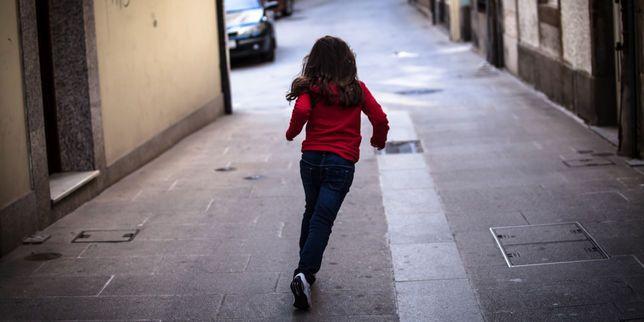 La liberté de déplacement des plus jeunes s'est considérablement réduite. En France, seuls 11% des élèves de primaire vont à l'école seuls. Et rares sont les endroits où ils peuvent jouer sans surveillance.