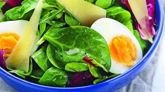 Зеленый салат с яйцами и сыром