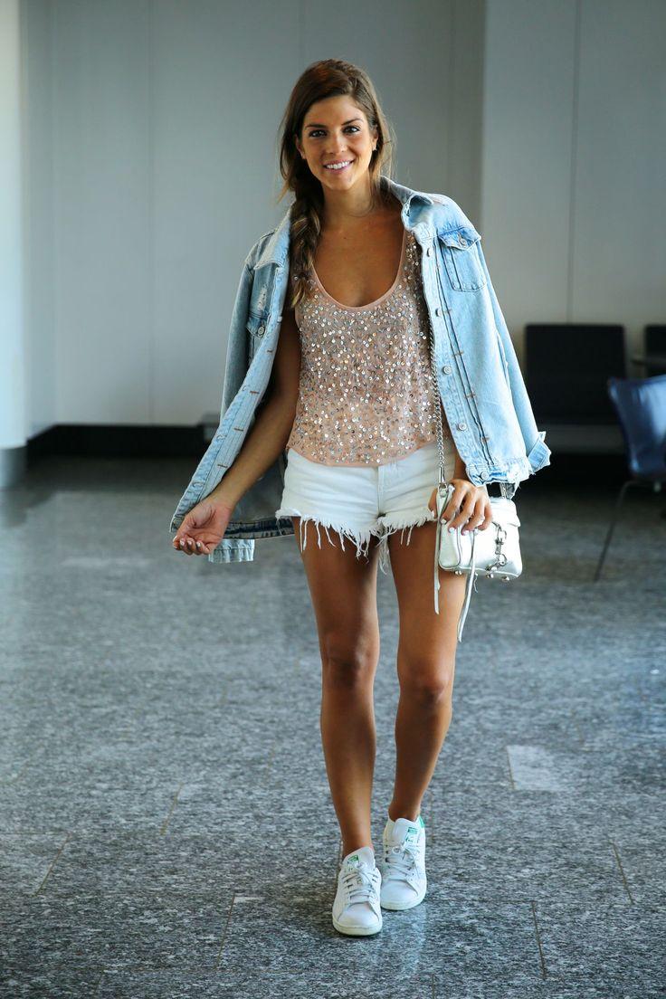 Airport look  trendy_taste-look-outfit-street_style-ootd-blog-blogger-fashion_spain-moda_españa-traveling-viaje-frankfurt-stan_smith-adidas-lentejuelas-top-denim-shorts-vaqueros_rotos-19
