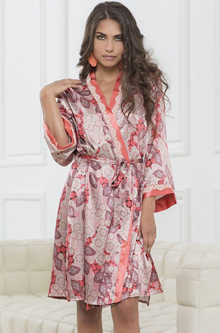 Короткий халат Mia-Mia из смесового шелкового полотна с однотонной отделкой кораллового цвета и кружева.