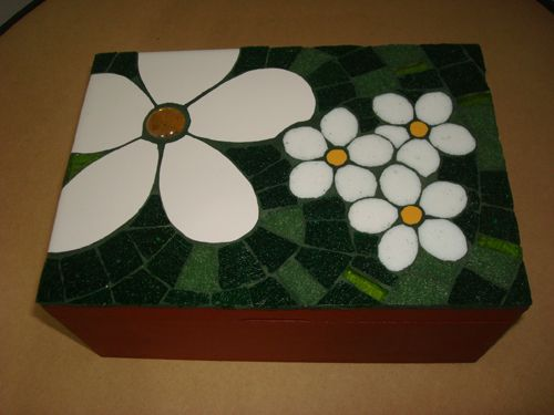 Daisy box decorated with a combination of ceramic and glass tiles. [Caja de margaritas decorada con una combinación de azulejos y venecitas]
