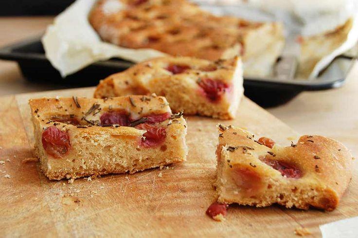 Wat moet er gebeuren met dat halve bakje pitloze druiven? Ik maak er een zoet druivenbrood van, met rozemarijn uit de tuin en kruidig kardamom-poeder.