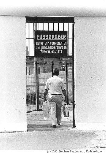 Berliner Mauer - Berlin Fotos 1983 Border Crossing Point Staaken / Heerstrasse. Seitlicher Eingang für Fußgänger