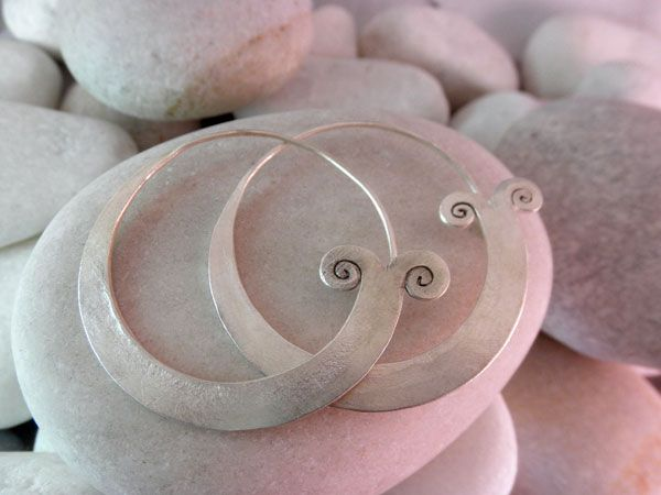 "Pendientes artesanales de plata ""Karen"".  Miden 4,3 cm. de diametro.  Precio: 37 Euros"