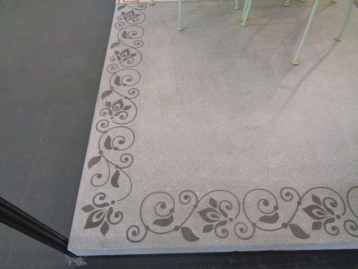 Dalle terrasse carrée de grand format (150 cm) en béton armé, finition béton poncé (poli) lisse. Pose sur plots-porteurs, plots avec pieux ou uniquement sur pieux. Ton gris. Dallage terrasse XXL.