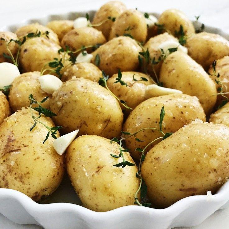 Græske kartofler kan spises på alle årstider, og smager helt fantastisk. Denne opskrift på græske kartofler er med hvidløg, frisk timian og havsalt.
