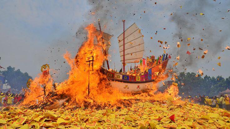 Bakar Tongkang Bagan Siapiapi, Ritual Pemujaan Dewa Laut