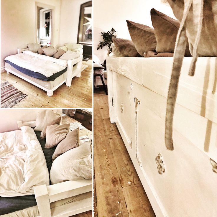 Säng+soffa=sant! Vi tog vår gästsängsmadrass och byggde ny stomme. Vips så hade vi en härlig TV-hörna till småttingarna (och oss själva)
