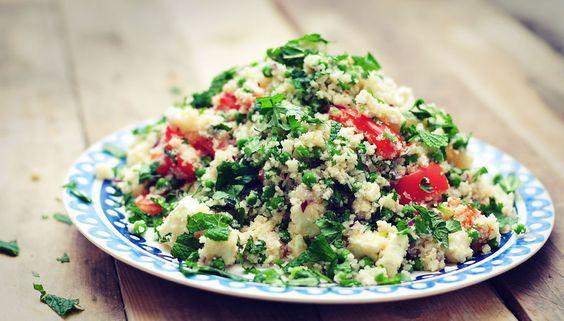 Couscous van bloemkool, wat een uitvinding! In dit bloemkoolcouscous recept gecombineerd met doperwten, rode ui, tomaat, feta en verse kruiden. Zalig!